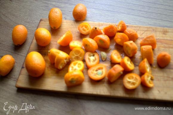 Еще я использовала экзотический фрукт, который не пришелся моей семье по душе в свежем виде, а для аромата — самое то: кумкват (kumquat, фортунелла, кинкан, японские апельсины). «Родина кумквата — Китай, но в настоящее время его выращивают повсеместно там, где подходящий климат и для остальных цитрусовых» (информация из инернета).