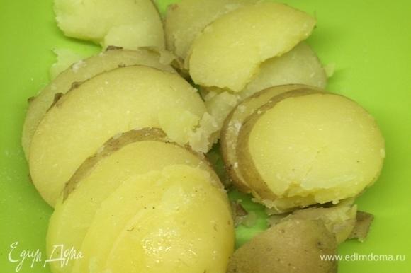 Так же нарезаем картофель и перец.