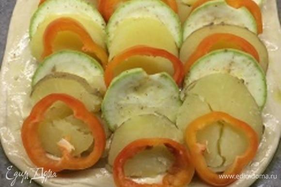 Чешуйкой выкладываем овощи. Хорошо бы веточки розмарина или тимьяна. Сбрызгиваем растительным маслом.
