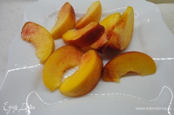 Персик нарежьте на 8–10 долек.