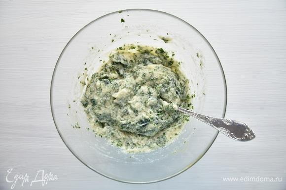 В смесь добавить молоко, соль, специи и рубленую зелень.