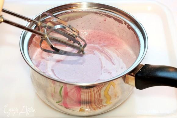 Затем смешиваем остывшую сливочную смесь с фруктовым пюре и взбиваем миксером до однородности. Перекладываем десерт в подходящую для заморозки посуду с крышкой и ставим в морозилку. Желательно каждые 30 минут доставать и перемешивать мороженое, чтобы в нем не было кристалликов льда. И так от 4 до 5 раз. Спустя 4 часа замораживания перемешивать массу не надо.