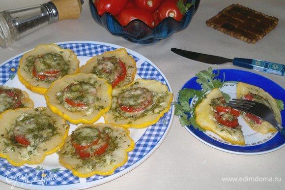 Подать патиссоны с помидорами и сыром к столу. Угощайтесь! Приятного аппетита!
