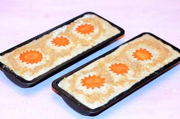 Закрываем начинку тестом. Можно украсить верх пирога. У меня для украшения морковь, еще немного посыпан пирог панировочными сухарями. Выпекаем пироги в хорошо разогретой до 180°C духовке до румяной корочки (примерно 35 минут).