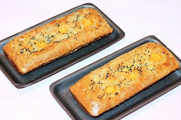 Затем смазываем пироги желтком, взбитым с 1 ст. л. молока и щепоткой сахара, и дорумяниваем в духовке (примерно 2–3 минуты). Можно посыпать пироги черным кунжутом или тмином — это по желанию.