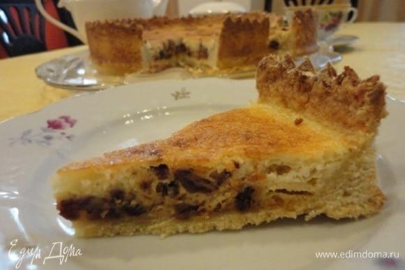 Несмотря на относительно небольшое количество сахара (всего 4 ст. л.), по мне, пирог получился очень сладким и калорийным. Но и очень вкусным из-за своей необычной начинки.