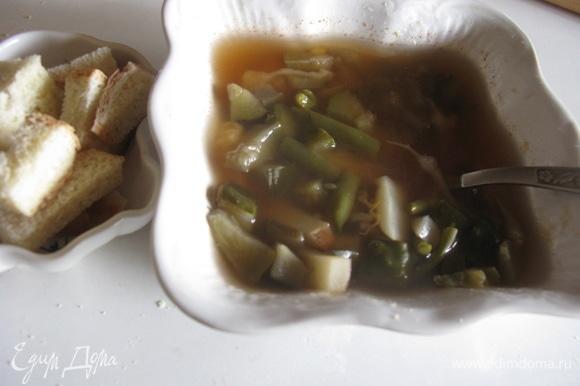 Приятного! Это очень вкусно, особенно с гренками и сметаной. Подавать можно и холодным, и горячим.