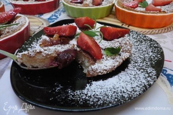 Дальше по рецепту надо запеканку выложить на тарелочки, украсить четвертинками клубники и обильно посыпать сахарной пудрой.