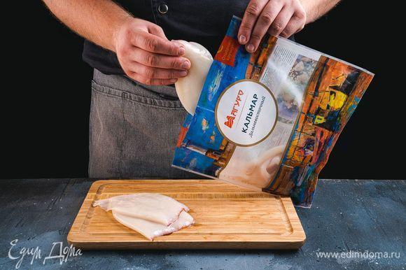 Филе кальмаров ТМ «Магуро» разморозьте, тщательно промойте и просушите. Разрежьте кальмары на три-четыре части. Выложите их в глубокую чашку, посолите, поперчите и тщательно перемешайте. Затем добавьте муку, еще раз перемешайте.