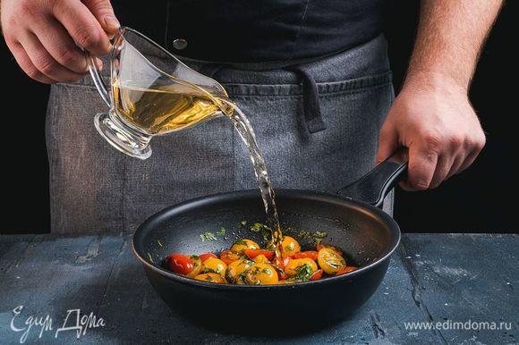 Когда уксус выпарится, добавьте белое вино, соль и перец. Потушите три минуты.