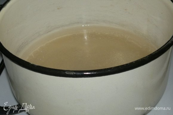 Вскипятить воду, всыпать сахар, размешать. Снова довести до кипения и варить 5 минут.