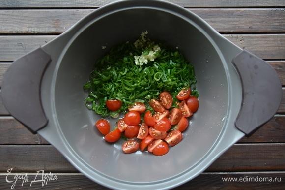 В кастрюле разогреть оливковое масло и обжарить лук, чеснок и помидоры.