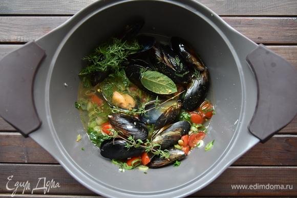 Влить воду, выложить мидии, веточки тимьяна, лавровый лист и зелень укропа. Довести воду до кипения и проварить 3 минуты.
