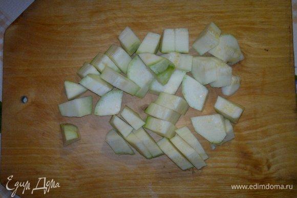 Кабачок вымыть, обсушить и нарезать так же, как баклажаны.
