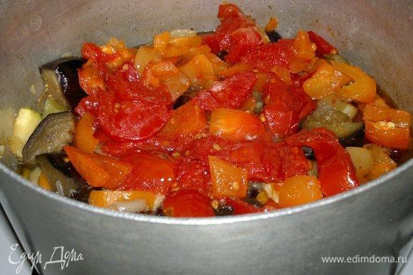 Положить в рагу перец и помидоры, перемешать и продолжать тушить еще 5–7 минут.