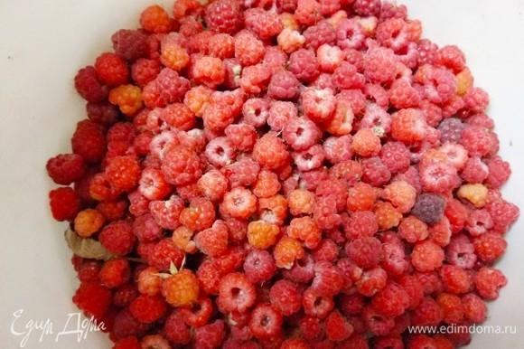 Свежую малину необходимо перебрать. Для малины, как и для клубники, есть рецепт, который называется «пятиминутка». Прелесть такого варенья в том, что малая термическая обработка ягод позволяет лучше сохранить салициловую и фолиевую кислоту, калий, медь, железо и витамины В и С.
