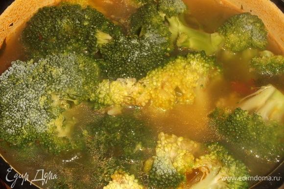 Добавить соцветия брокколи, соль по вкусу. Проварить суп еще в течение 10 минут.