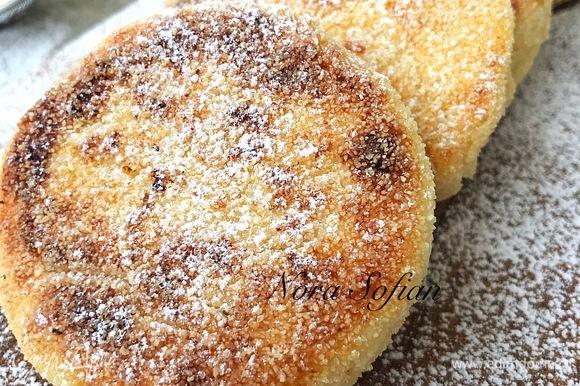Готовые сырники посыпать сахарной пудрой.