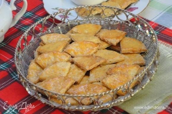 Противень застелить бумагой для выпекания, выложить печенье и смазать желтком. Выпекать печенье 12–15 минут при температуре 200°C.