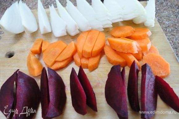 Ставим рис отвариваться по инструкции на упаковке. Включаем духовку на разогрев до 200°C. Овощи нарезаем произвольно: дольками, кубиками или кружочками — кому как нравится.