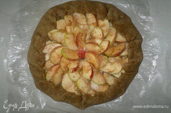 Загнуть свободные края теста на пирог, немного присбаривая. Поставить противень с пирогом в духовку, разогретую до до 180°C, на 30–35 минут.