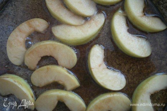 В сковороду добавить корицу, перемешать. Выложить дольки яблок. Потушить яблоки до мягкости с двух сторон.