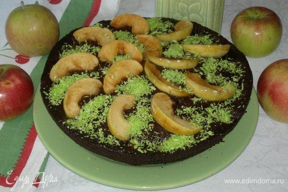 Украсить пирог по желанию. Я украсила зеленой кокосовой стружкой. Наш вкусный и ароматный пирог готов!