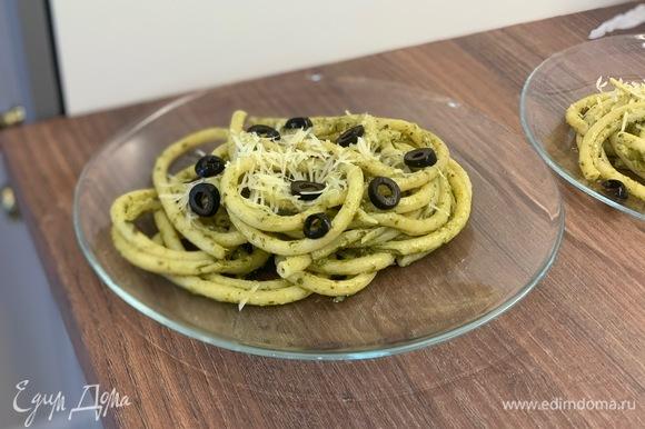Готовую пасту перекладываем на тарелки, посыпаем тертым пармезаном и резаными оливками и наслаждаемся итальянским обедом!