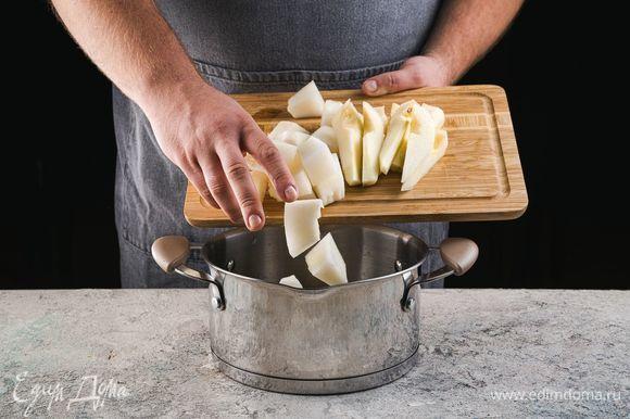 Добавьте в кастрюлю дыню, груши и доведите до кипения.