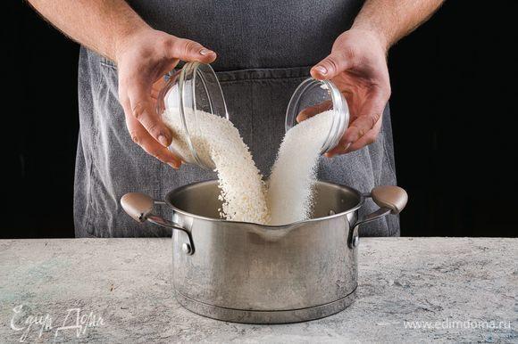 Добавьте рис, сахар и варите рис, иногда помешивая.