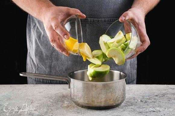 Яблоки тщательно промойте, разделите на 4 части, удалите сердцевину. Лимон тоже разрежьте на несколько кусочков.