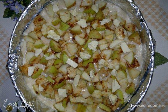 На тесто выложить яблочную начинку, на яблоки разложить небольшие кусочки сливочного масла.