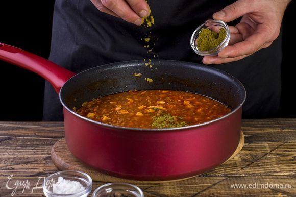 Посолите, поперчите и добавьте хмели-сунели. Накройте крышкой и тушите до готовности гречки, добавляя воду при необходимости.