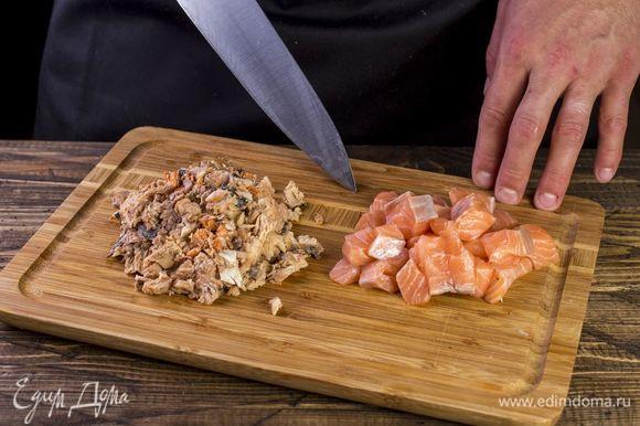 С горбуши слейте жидкость, удалите большие косточки, порубите. Кубиками нарежьте лосось.