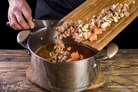 За семь минут до готовности картофеля добавьте кальмары, горбушу, лосось, мидии.