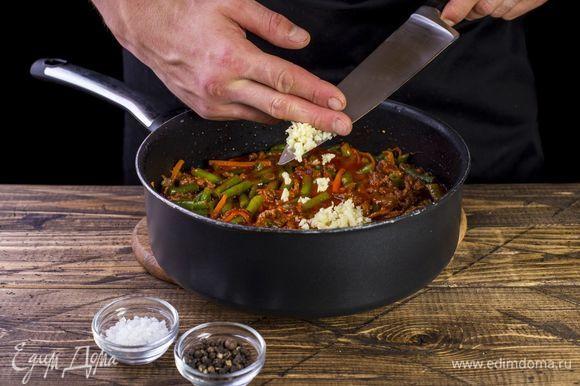 Добавляем мелко нарезанный чеснок, соль и перец по вкусу.