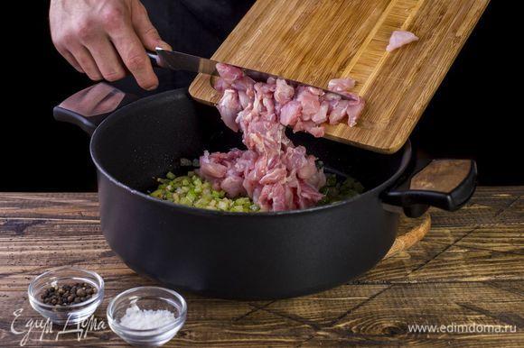 Добавьте мясо кролика, обжарьте со всех сторон. Посолите, поперчите.