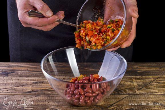 Слейте с консервированной фасоли жидкость, выложите в глубокую миску. Добавьте к фасоли немного остывшие овощи, перемешайте.