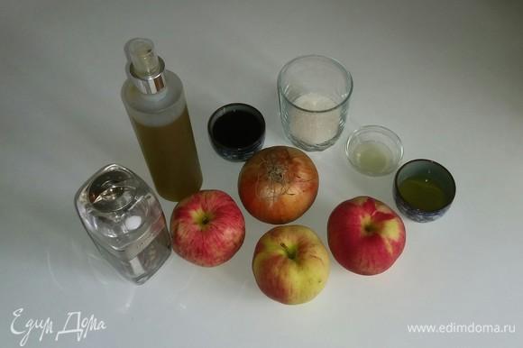 Вот все ингредиенты, необходимые для приготовления этого соуса. Я использовала кисло-сладкие яблоки, но вы можете брать любые, какие у вас есть. Мед тоже можно использовать любой, какой нравится. Нам понадобится 1 столовая ложка лимонного сока (у меня он уже в выжатом виде). Яблоки моем, лук очищаем от шелухи и приступаем к приготовлению соуса.