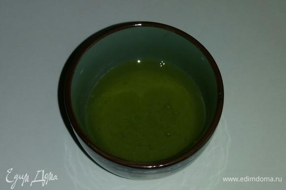 В мед добавляем выжатый лимонный сок и перемешиваем.