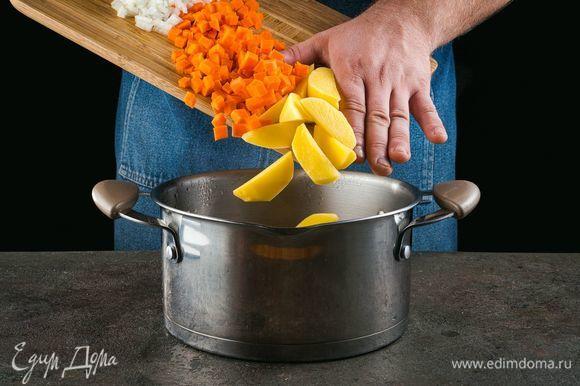 Закиньте в кипящую воду нарезанные овощи. После повторного закипания посолите и поперчите.