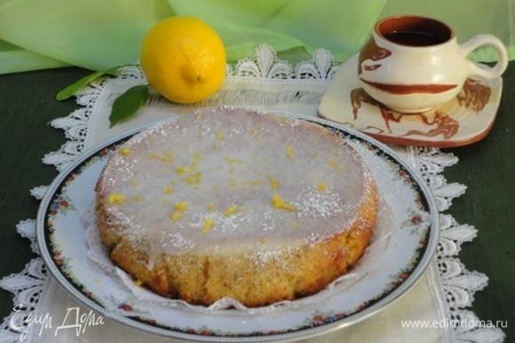 Для помадки в сахарную пудру добавьте свежевыжатый сок второго лимона, но не весь сразу! Возможно, он весь и не понадобится. Начните с 1 ст. ложки, размешайте и смотрите, устраивает ли вас такая густота глазури. Готовой глазурью полейте кекс.