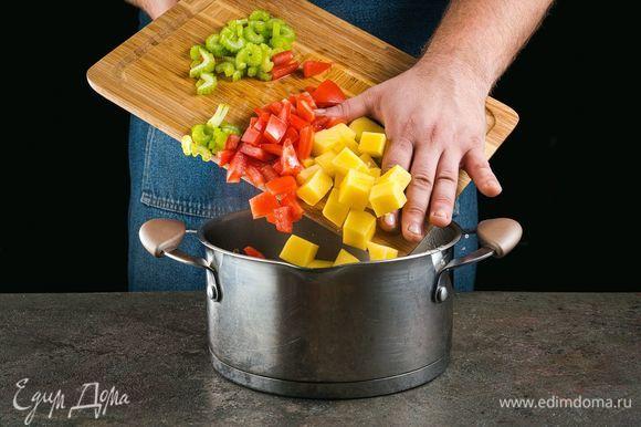 Добавьте овощи в кастрюлю с кипящей водой. После повторного закипания посолите, поперчите.