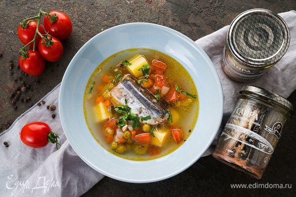 Разлейте суп по тарелкам и украсьте свежей зеленью.