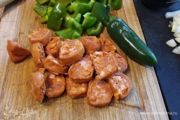 Болгарский перец нарезать кубиком. Вместо него можно использовать 6–8 штук свежего pimento de padron (на фото), его резать не следует. Чоризо нарезать произвольно.