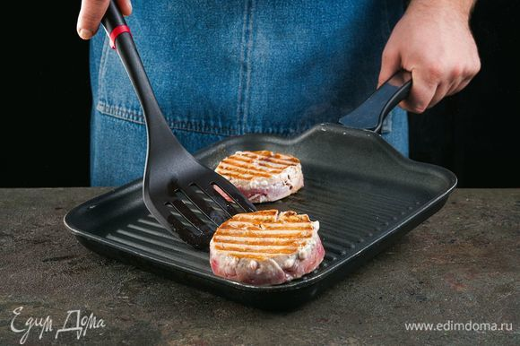 Обжарьте тунца на сковороде-гриль по 3–5 минут с каждой стороны.