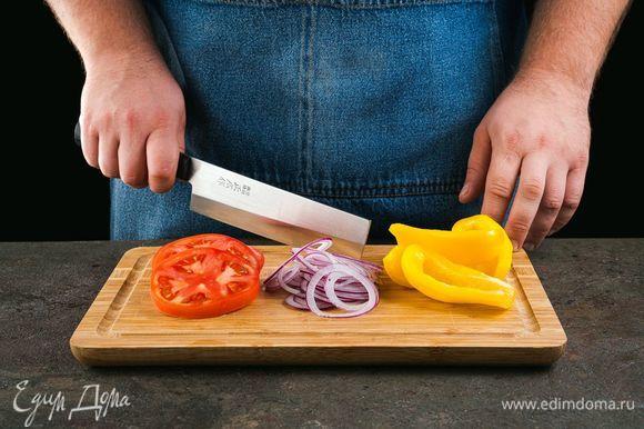 Нарежьте кружочками лук и помидоры, перец — дольками. Руколу промойте.