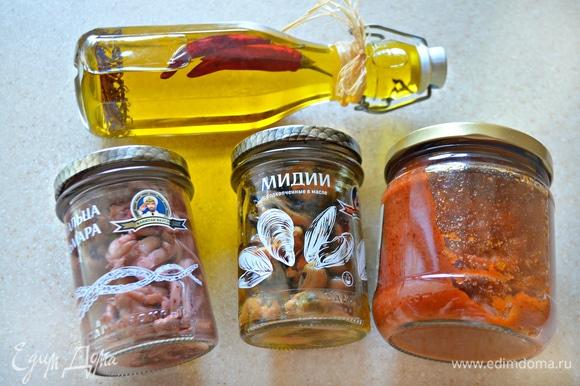 Приготовьте томатный соус (у меня собственного приготовления, с базиликом) и морепродукты. Слейте жидкость из баночки с мидиями и щупальцами кальмара.