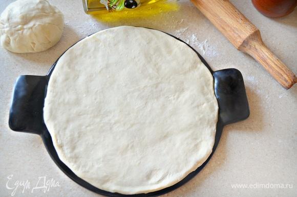 Духовку включите на 210–220°C. Форму для пиццы немного смажьте оливковым маслом (я использую специальную форму для пиццы, d=26 см) и выложите на нее половину теста (у нас будет 2 пиццы), слегка обмять и придать форму круга. Накройте полотенцем и отставьте на 10 минут. Затем тесто необходимо смазать оливковым маслом.