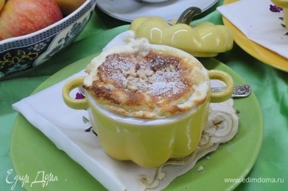 Посыпьте сахарной пудрой и любимыми орехами и сразу же подавайте, пока суфле не опало.
